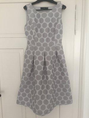 Neues, knielanges Kleid