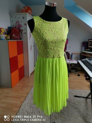 Neues pliesses Kleid