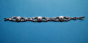 Neues, silbernes Armband mit grün-blauen Steinchen