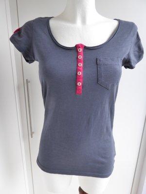 Neues T-Shirt mit auffälliger Knopfleiste