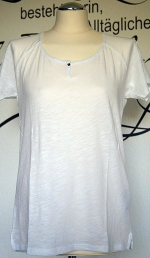 Neues, weißes Henley-Shirt