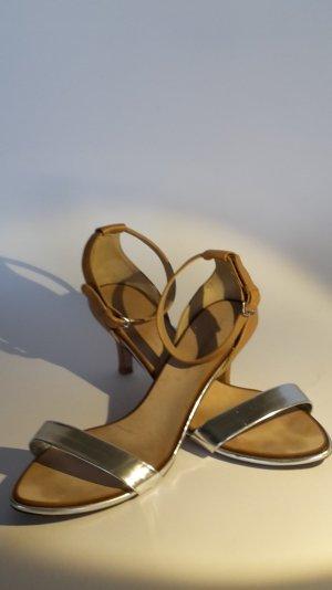 Neuwertig! Riemchen-Sandalette in Silber und Caramel