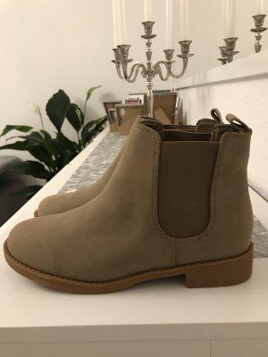 neuwertige, flache boots in einem schönen erdton