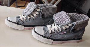Neuwertige, graue Sneaker mit stylishen Streifendetails in Gr. 36