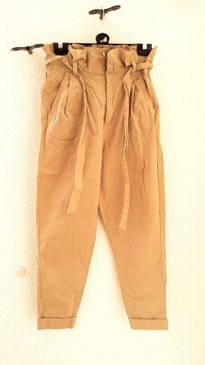 Neuwertige High-waist Chino pant mit Gürtel, Bershka, Gr. 38