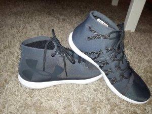 Neuwertige Sneaker taupefarben