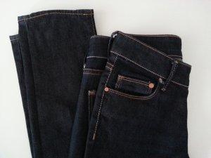 Neuwertige superschöne enge dunkelblaue Jeans W26