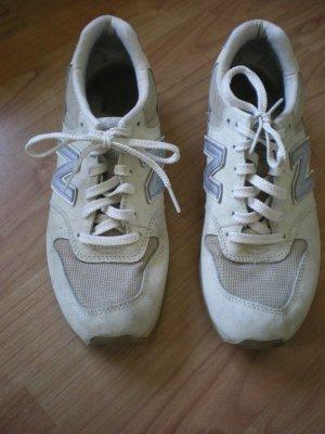 New Balance schöne Sneakers in beige / silber in der Gr. 40