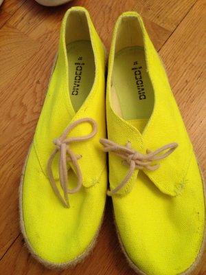 Nie getragene Neon-gelbe Schuhe