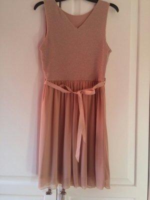 Niedliches rosa Kleid mit Schleife