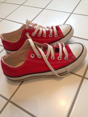 Niedrige rote Converse in der Größe 37