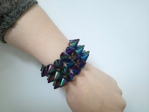 Nietenarmband in Oilslick-Optik / Statement Armband