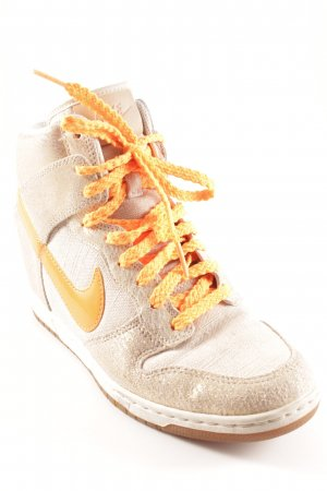 Nike Absatz Sneaker neonorange-creme Street-Fashion-Look