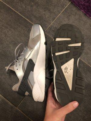 Nike Air Huarache Silber reserviert