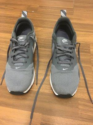 Nike Air Max Tavas in Grau