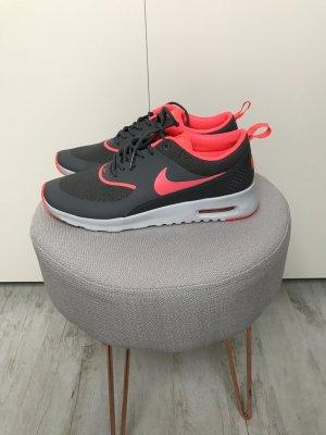 Nike Air Max Thea in Grau/Pink