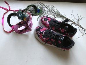 Nike Air Turnschuhe mit Blumenmuster