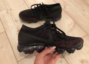 Nike Sneaker stringata nero-rosso lampone