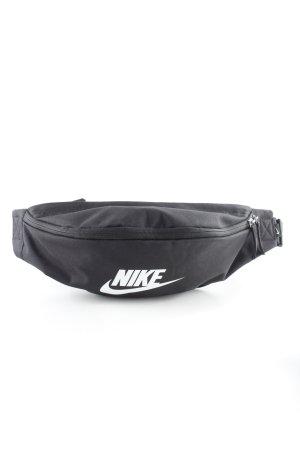 Nike Bauchtasche schwarz-weiß Schriftzug gedruckt sportlicher Stil