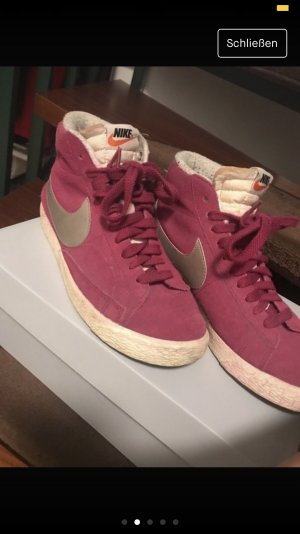Nike Lace-Up Sneaker magenta