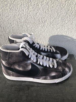 Nike Lace-Up Sneaker grey