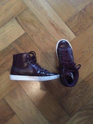 Nike Blazer Sneakers in Burgund mit Knöchelhohem Schaft.