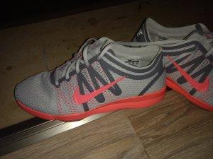 Nike Basket à lacet argenté-orange