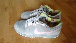 Nike Dunk Low WMNS in grau mit rosafarbenem Wildleder Swoosh