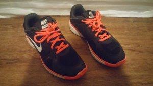 Nike Lace-Up Sneaker black-pink