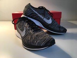 Nike Flyknit Racer in grau