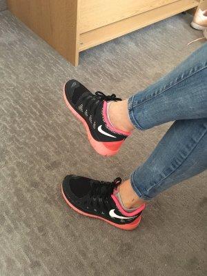 Nike Basket à lacet noir-rouge