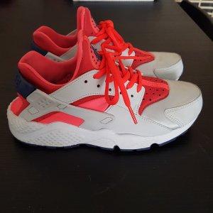 Nike Huarache aus silber und lava rot