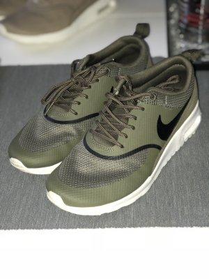 Nike in dunkelgrün