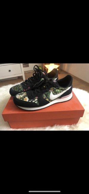 Nike Internationalist Flower