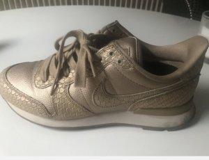 Nike Internationalist in Gold