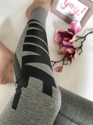 Nike leggins, tight, grau mit schwarzem Logo Schriftzug am Bein, Gr. S