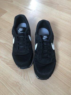 Nike MD Runner 2, schwarz/weiß 37.5, fast neu