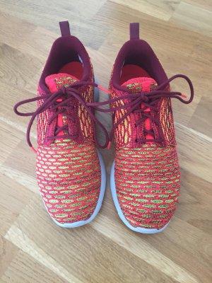 Nike Roshe Run Flyknit in orange weinrot in Größe 36,5