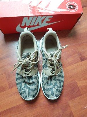 Nike Roshe Run in beige-schwarz mit Muster