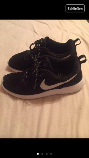 Nike Roshe Run in schwarz-weiß