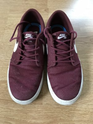 Nike Lace-Up Sneaker bordeaux