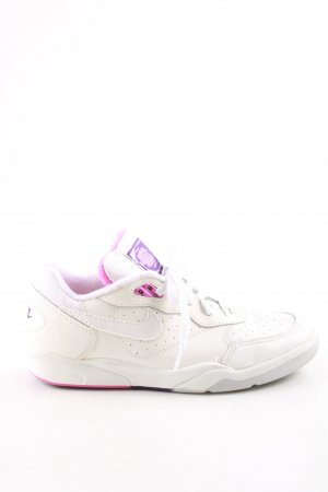 Nike Lace-Up Sneaker white-lilac casual look