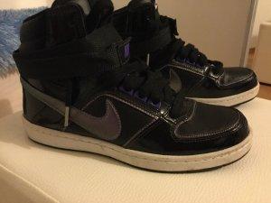 Nike Schuhe bis zum Knöchel