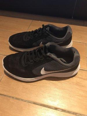 Nike Schuhe/Gebracht