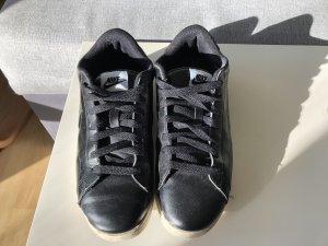 Nike schwarze Lederschuhe