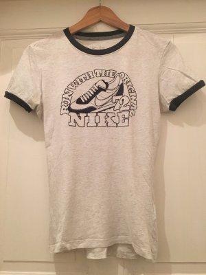 Nike Shirt mit Retro Sneaker in Grau / Größe M