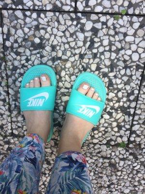 Nike Slipper Türkis weiß