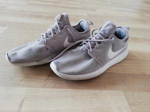 Nike Basket à lacet blanc-gris
