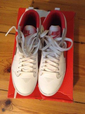 NIKE Sneaker aus Leder mit silbernem Streifen