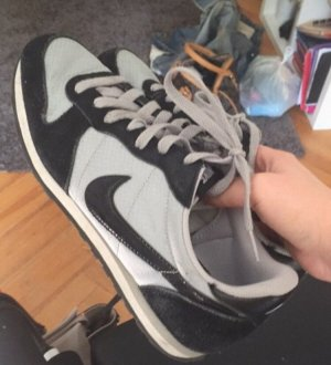 Nike Sneaker grau schwarz